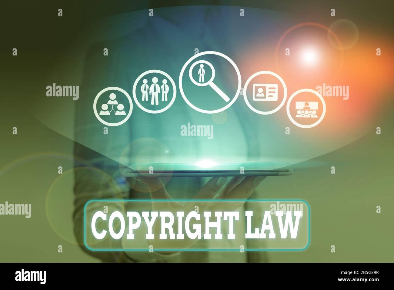 Escribir nota mostrando la ley de copyright. Concepto de negocio para el cuerpo de la ley que rige las obras originales de autoría Foto de stock