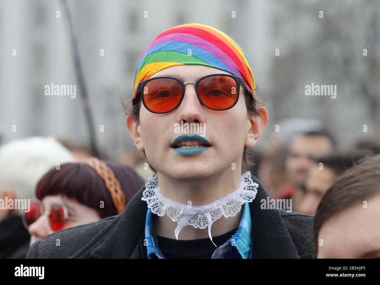 Miembro de la LGBTQ durante la marcha. Bajo el lema la igualdad es un valor tradicional, feministas, personas LGBTQ y activistas de derechos humanos participaron en la marcha de las mujeres exigiendo ratificar la Convención del Consejo de Europa sobre la prevención y la lucha contra la violencia contra las mujeres y la violencia doméstica, también conocida como la Convención de Estambul. Foto de stock