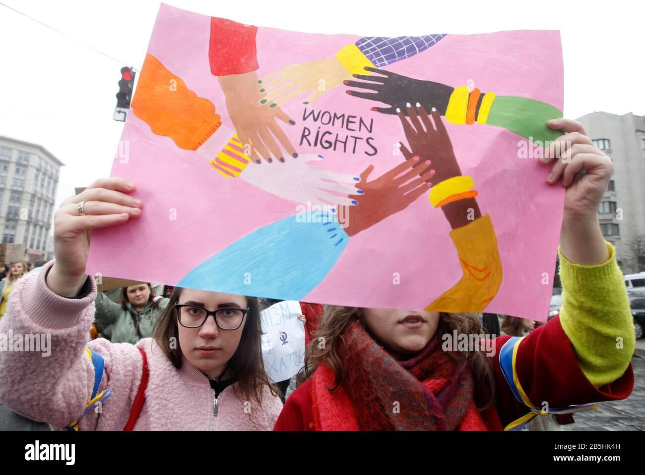 Mujeres que sostenían un cartel durante la marcha. Bajo el lema la igualdad es un valor tradicional, feministas, personas LGBTQ y activistas de derechos humanos participaron en la marcha de las mujeres exigiendo ratificar la Convención del Consejo de Europa sobre la prevención y la lucha contra la violencia contra las mujeres y la violencia doméstica, también conocida como la Convención de Estambul. Foto de stock