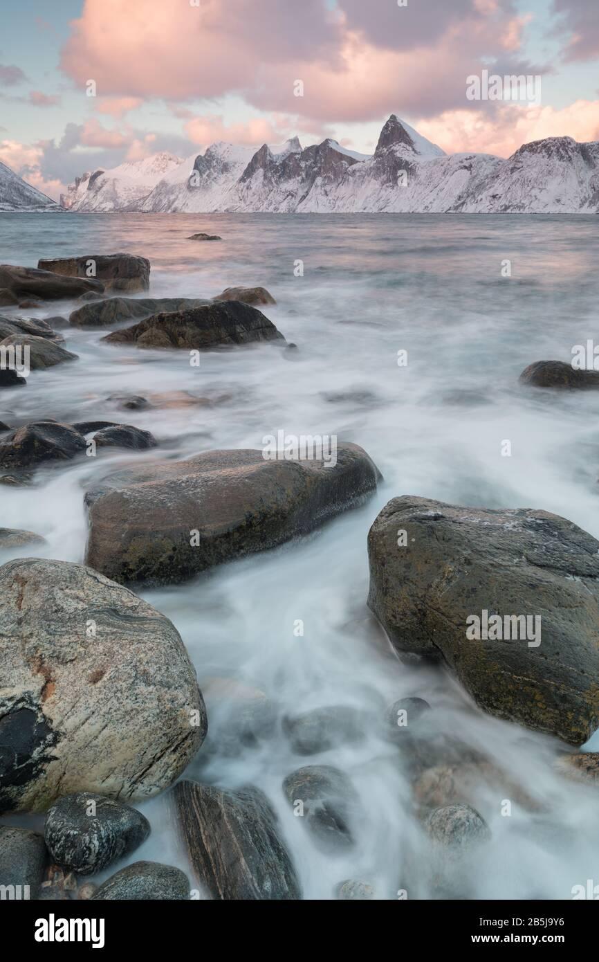 Panorama de fiordos nevados y cordillera, Senja, Noruega. Increíble Noruega naturaleza marina popular atracción turística los mejores lugares de viaje famosos. Foto de stock
