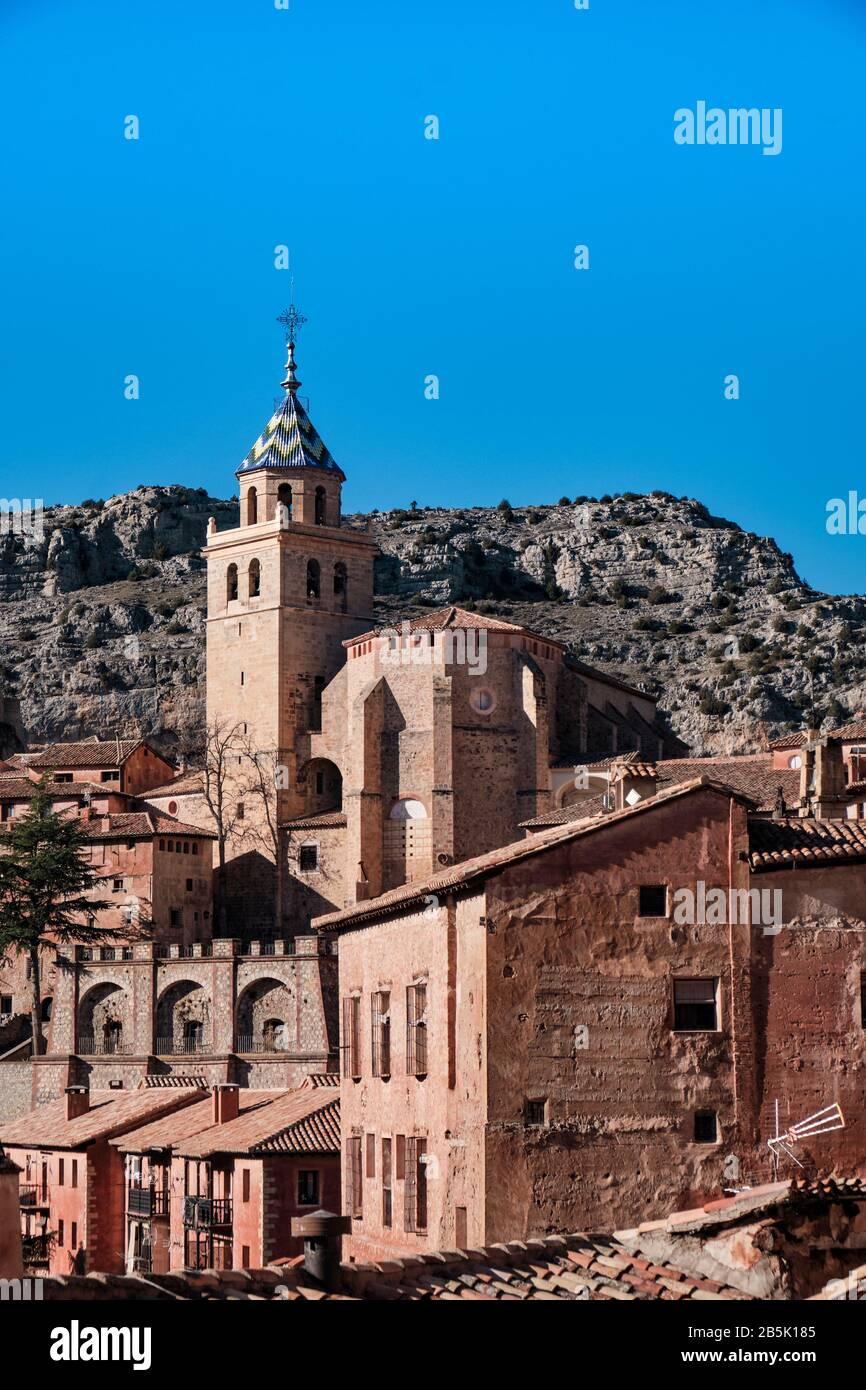 El campanario de la Catedral de el Salvador, en la ciudad medieval de Albarracin, cerca de Teruel, en la región de Aragón. Foto de stock