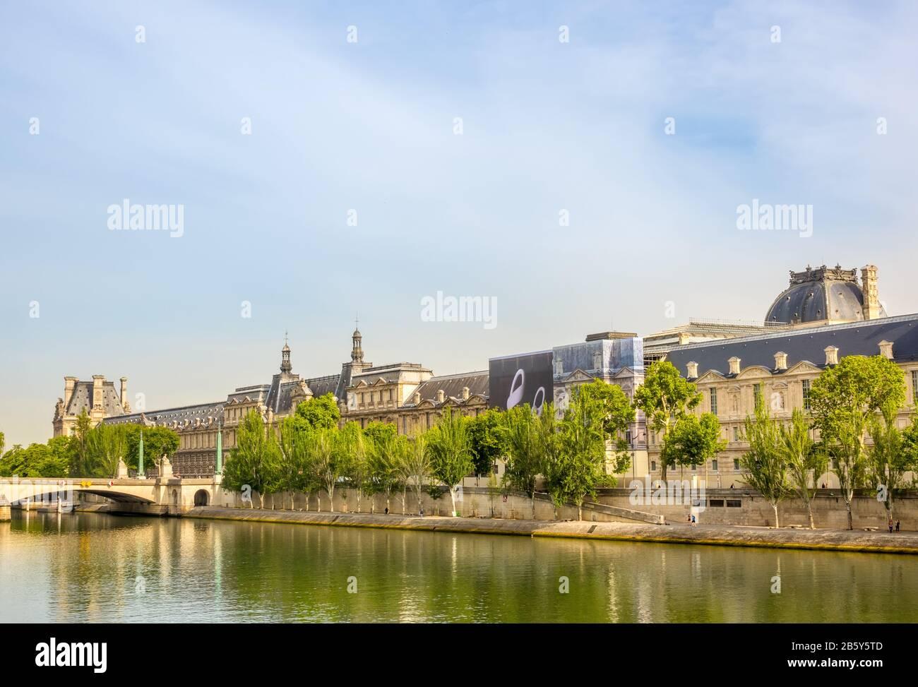 Francia. Día soleado de verano en París. Dique Del Río Sena Y Fachada Del Museo Del Louvre Foto de stock