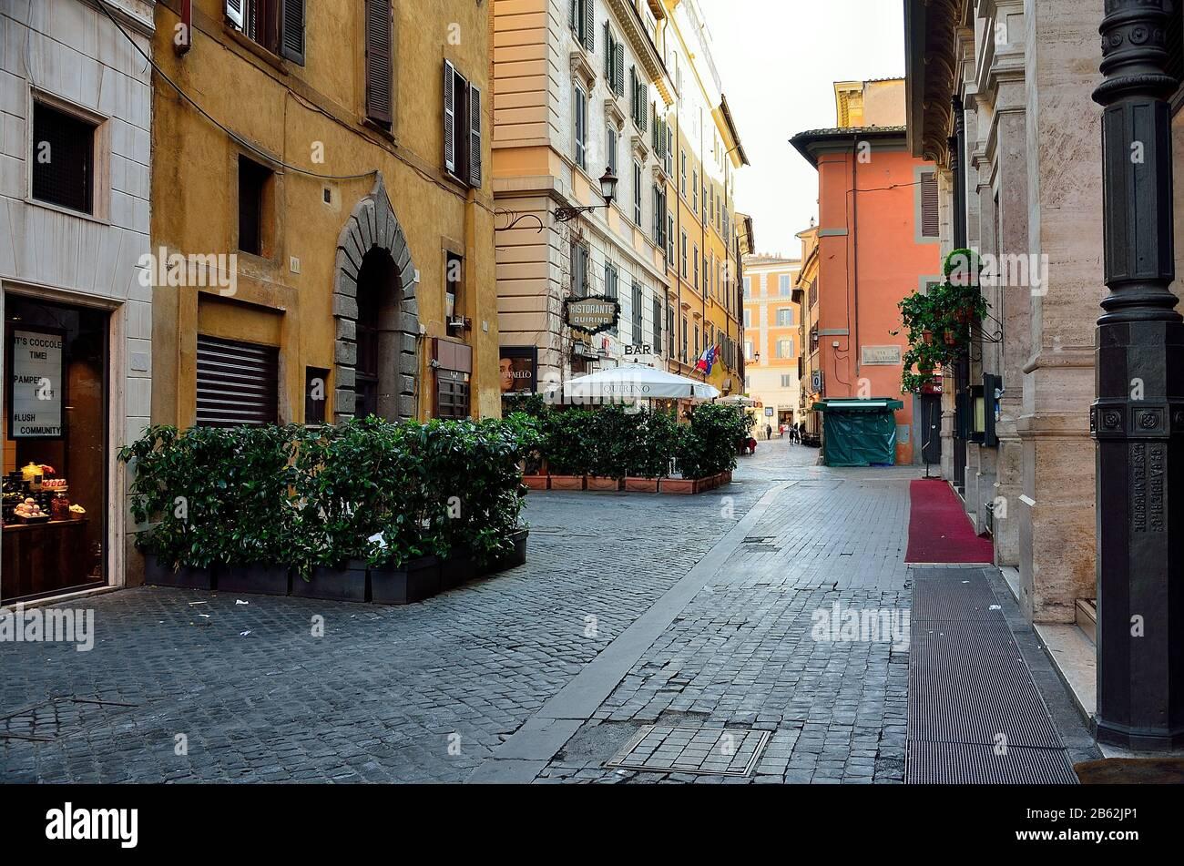 Las calles y plazas de Roma (casi vacías) a primera hora de la mañana Foto de stock