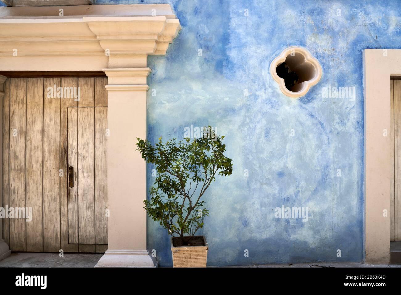 Fachada decorativa de la casa en el casco antiguo de Cartagena, Colombia Foto de stock