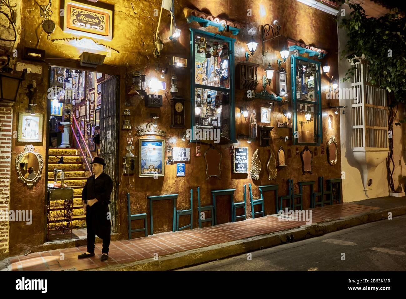 Fachada decorativa de un restaurante Cartagena por la noche, Colombia Foto de stock