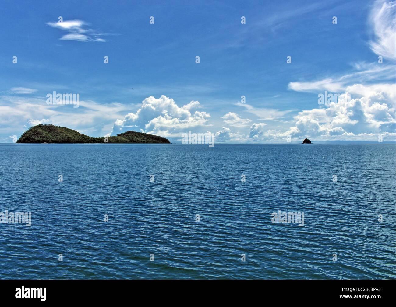 El blues de Double Island a Scout Hat (Haycock Island) en Haycock Reef en el Mar de Coral de Palm Cove en las playas del norte de Cairns FNQ Australia Foto de stock