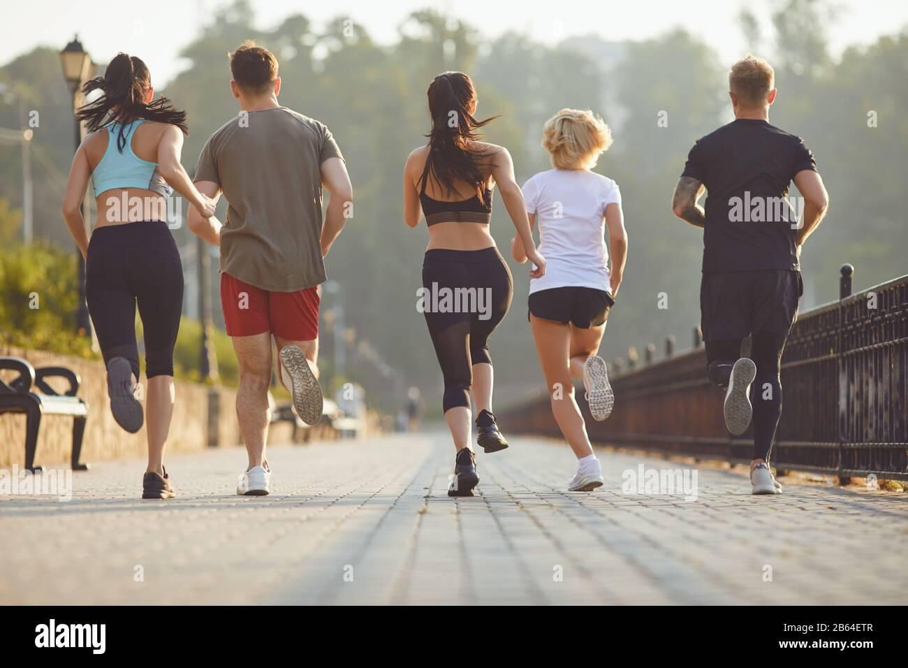 Grupo de corredores en el parque en la mañana. Foto de stock
