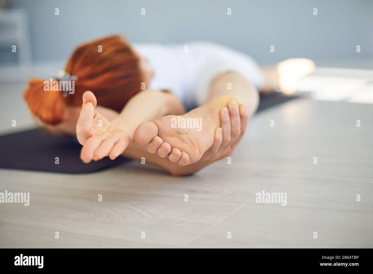 Yoga chica. El concepto de un estilo de vida activo de deportes vida deportes fitness yoga pilates meditación relajación gimnasio. Foto de stock
