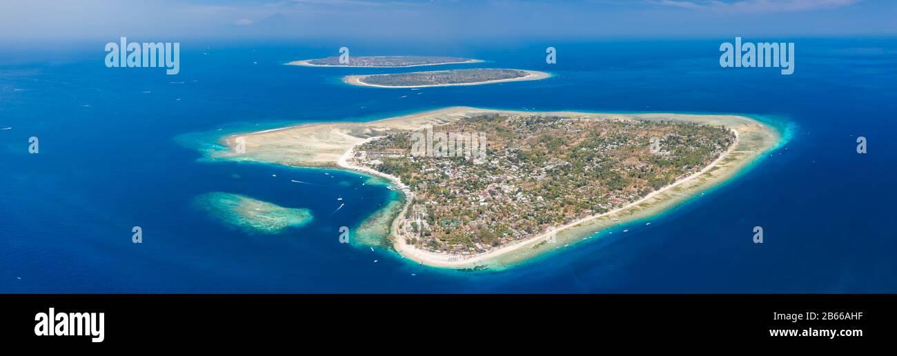 Vista aérea panorámica de las hermosas islas tropicales rodeadas de arrecifes de coral. (Islas Gili, Indonesia) Foto de stock