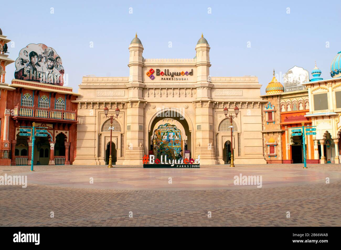 Dubai / EAU - 9 de marzo de 2020: Entrada al parque Bollywood en Dubai Parks and Resorts. Bollywood parque temático. Foto de stock