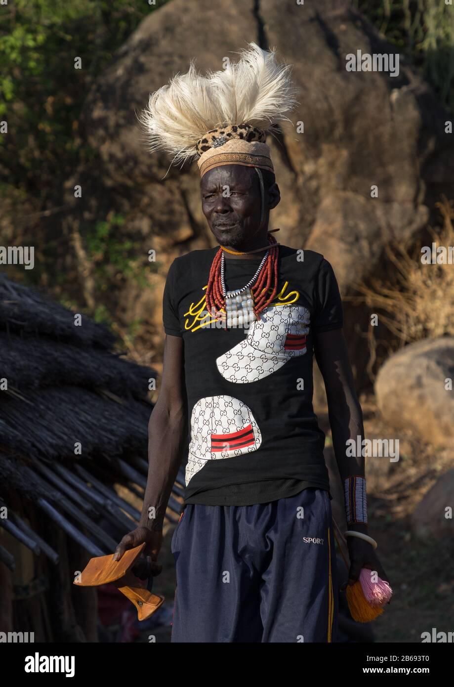 Hombre De La Tribu Larim Con Asiento De Madera Durante Una