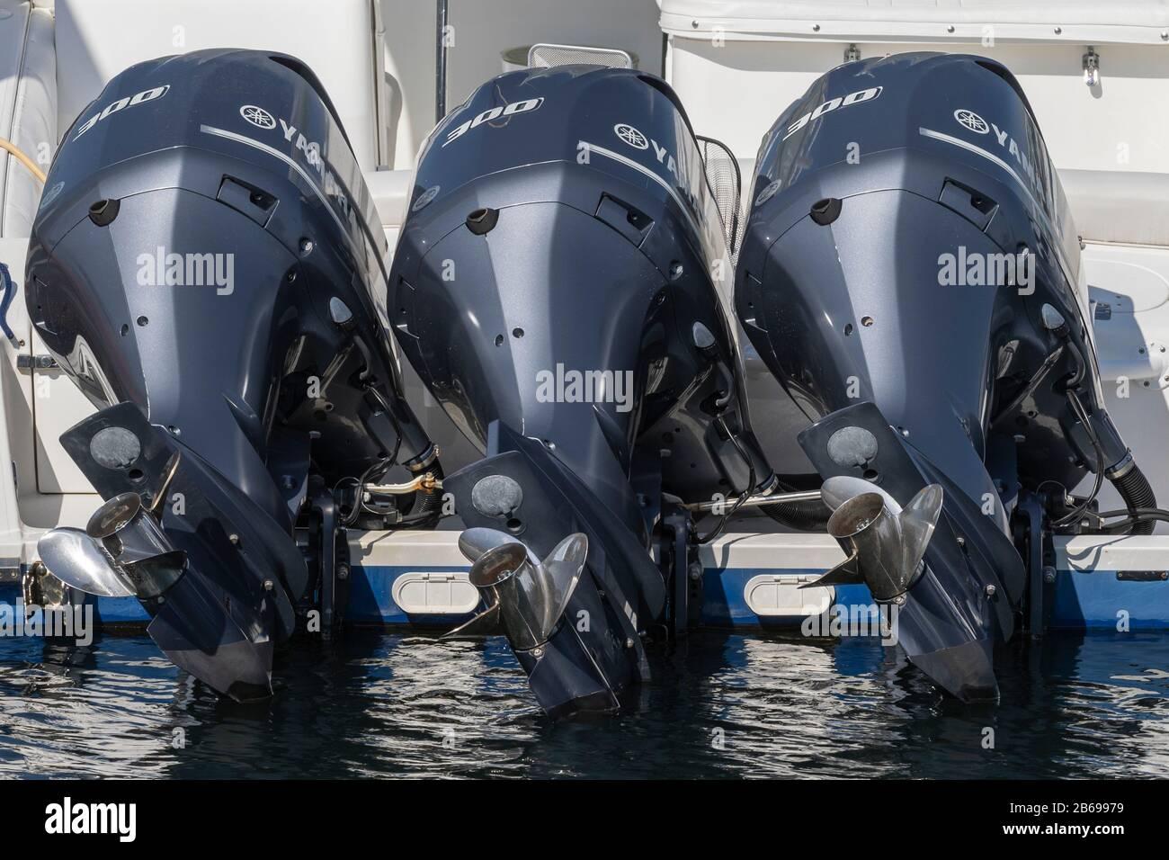 Motores fuera borda Yamaha en yate en Marina del Rey Foto de stock