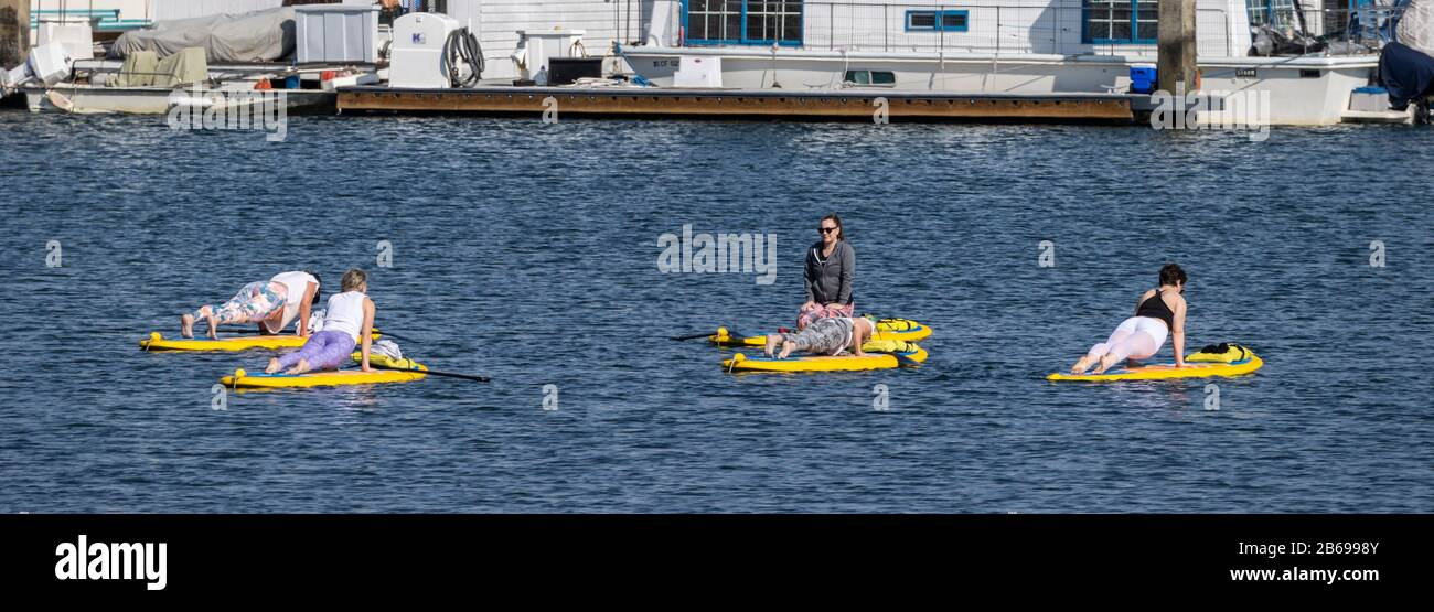 Clase de yoga en Tablas De Surf en Marina del Rey Harbour Foto de stock