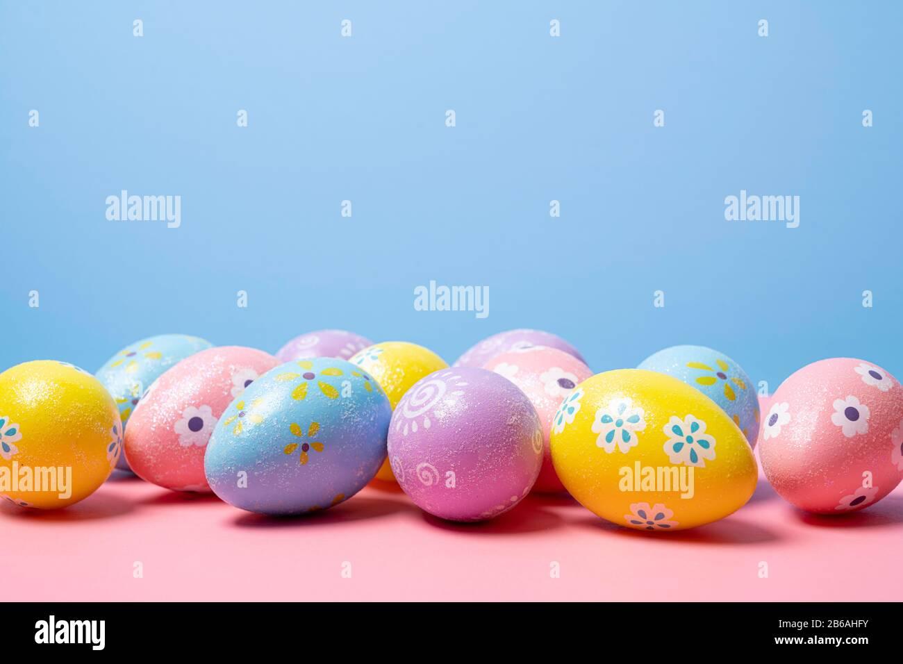 Los huevos de Pascua pintados sobre un fondo de colores Foto de stock