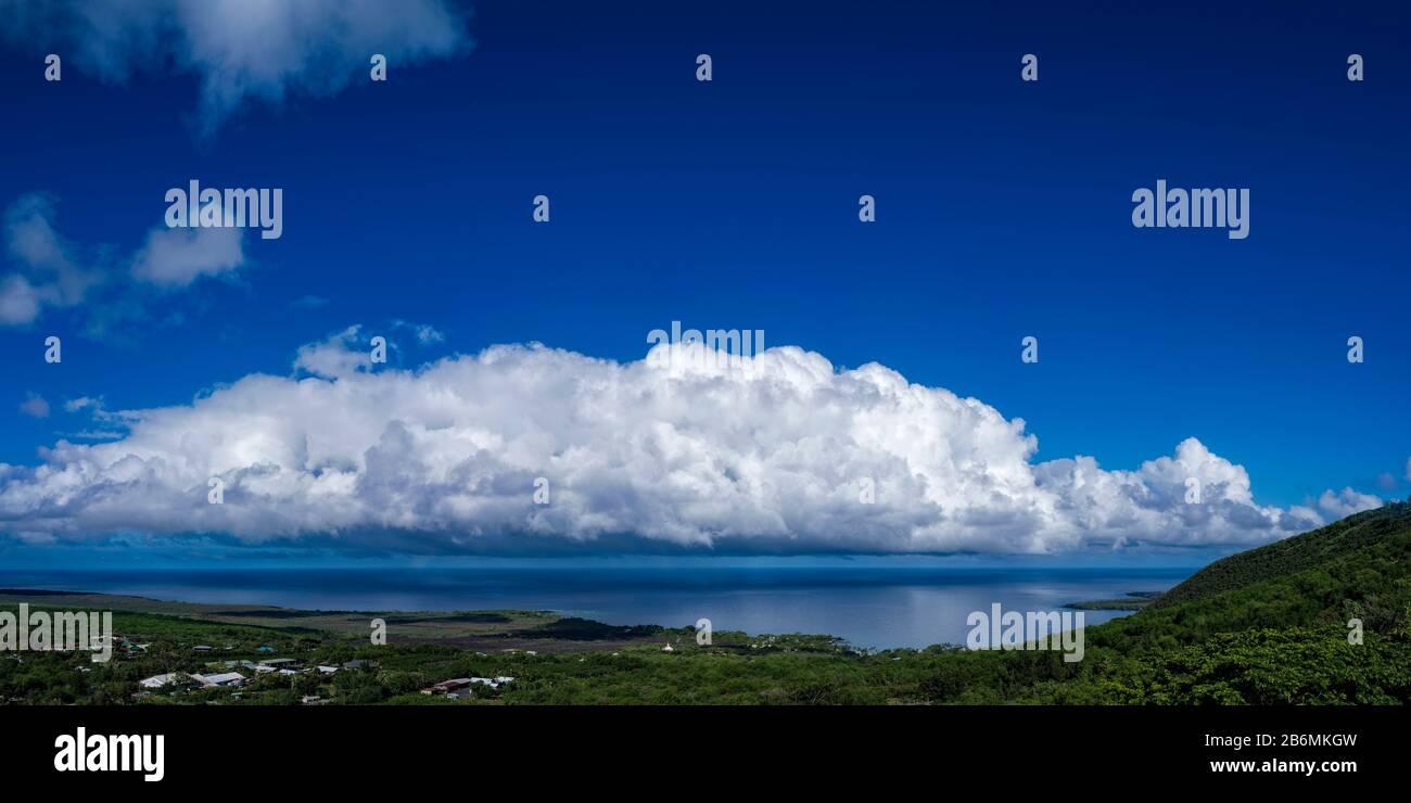 Vista del mar y la nube en el cielo, South Kona, Hawaii, Estados Unidos Foto de stock