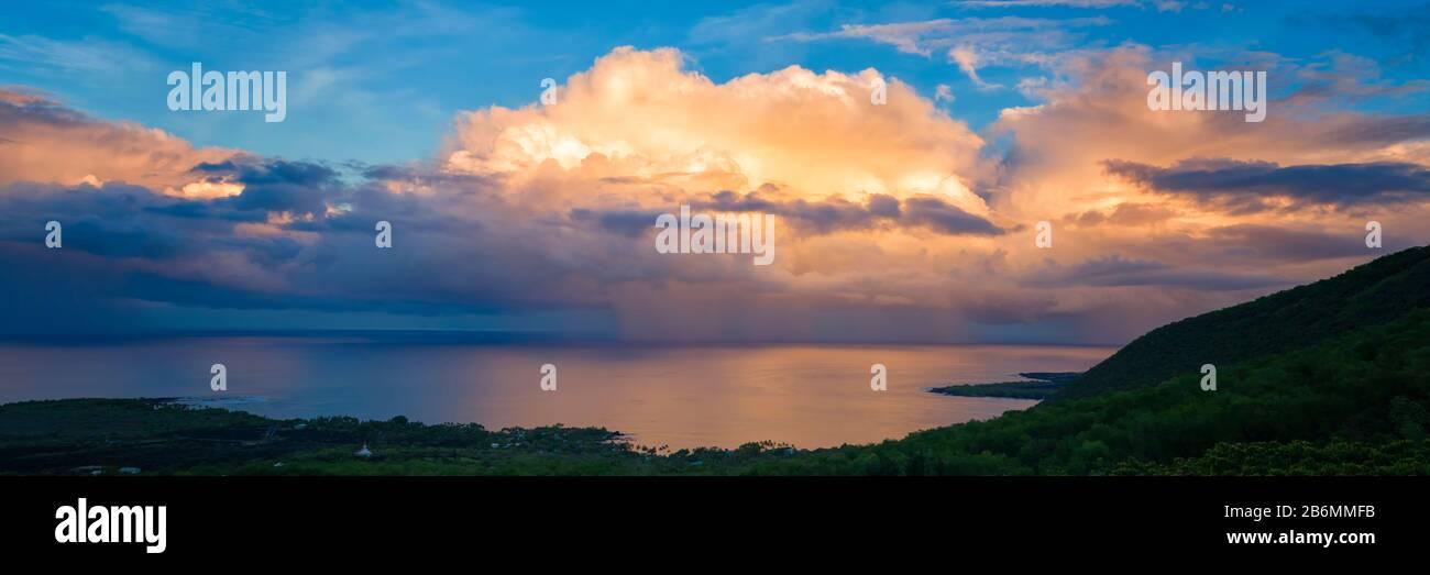 Vista de la puesta de sol sobre el mar, Kealakekua Bay, Hawaii Island, Hawaii, Estados Unidos Foto de stock