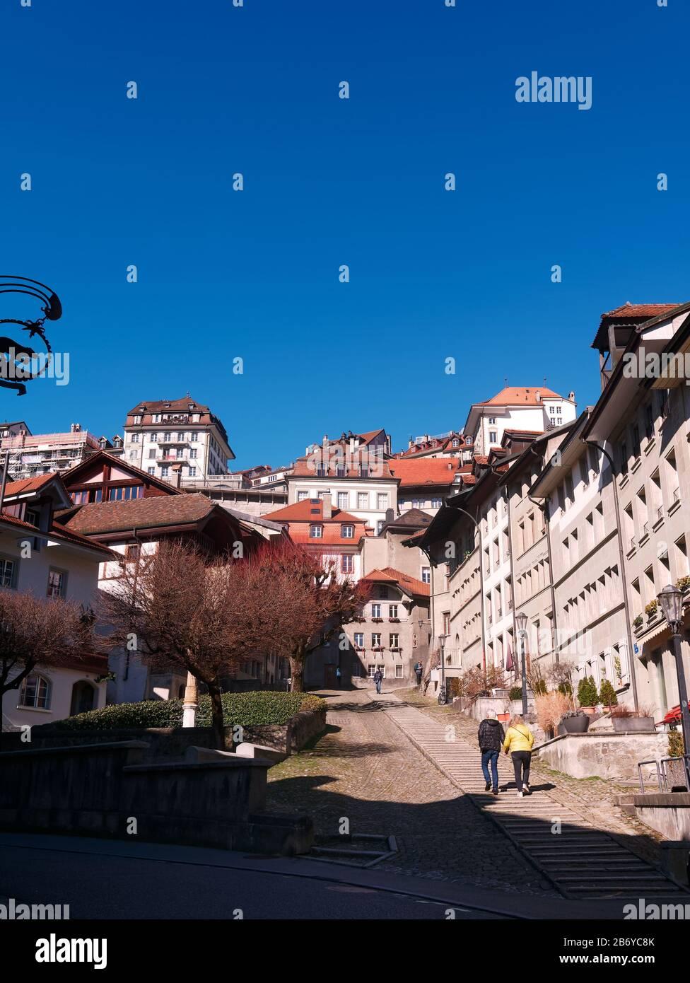 Vista del Escalier du Court-Chemin en el casco antiguo de Friburgo, Suiza. Foto de stock