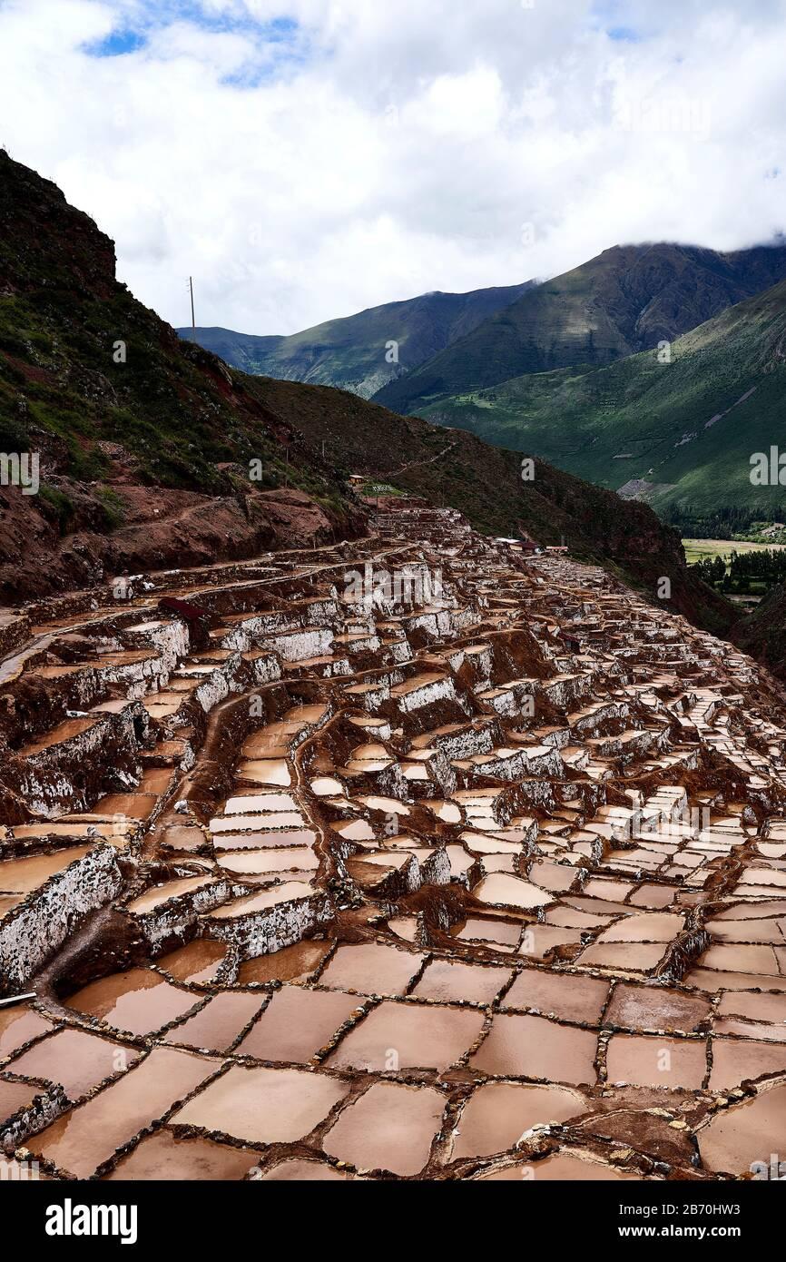 Cacerolas de evaporación de sal en Maras Perú Fotografía de