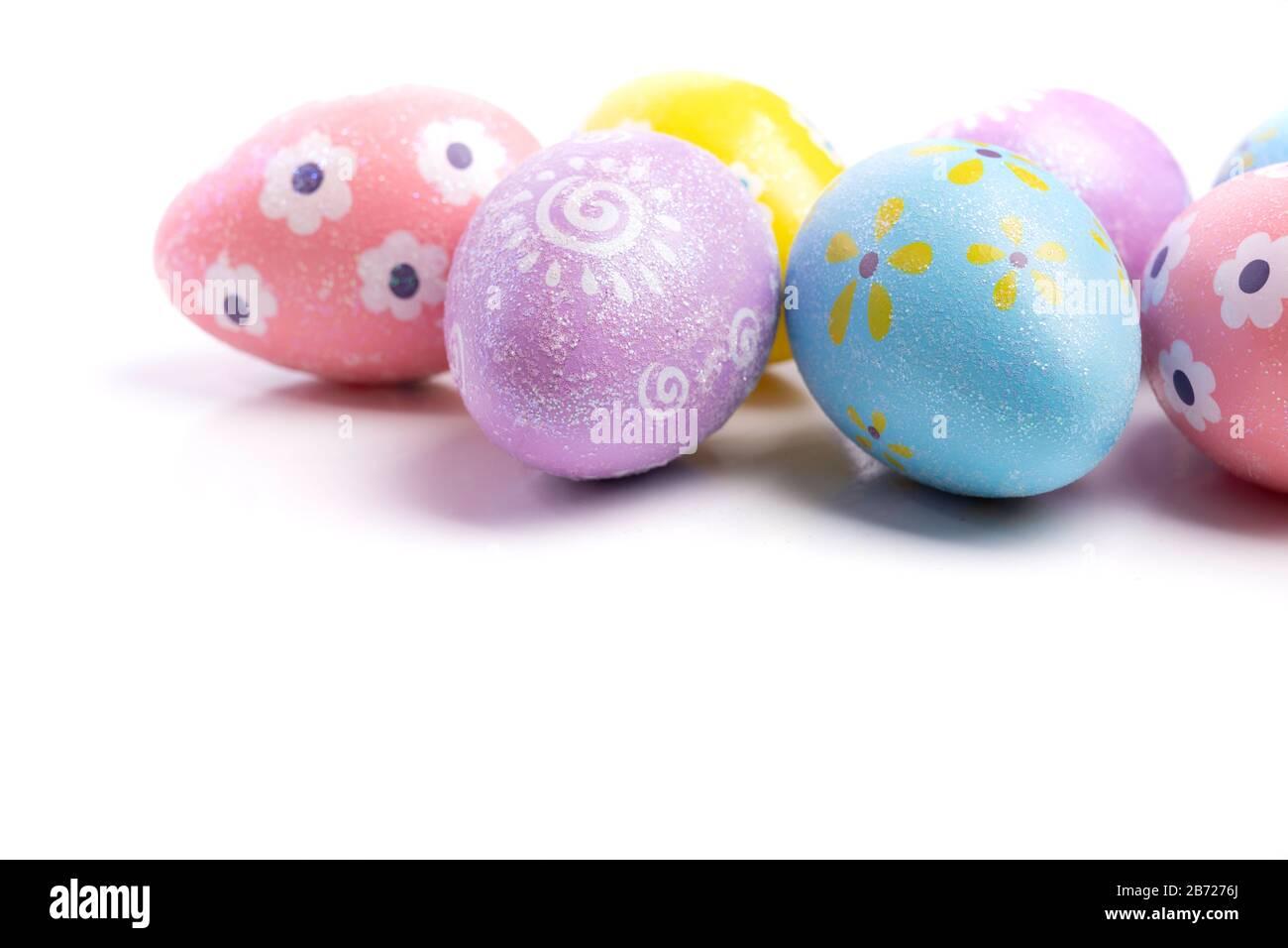 Huevos de Pascua pintados sobre un fondo blanco Foto de stock
