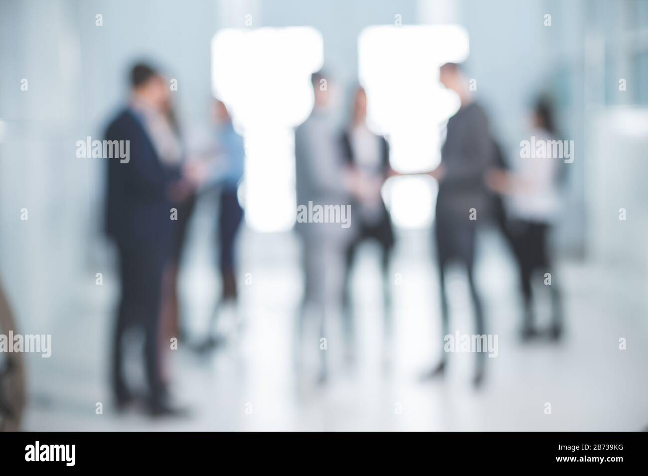 imagen de fondo de un grupo de empleados corporativos en el vestíbulo de la oficina Foto de stock