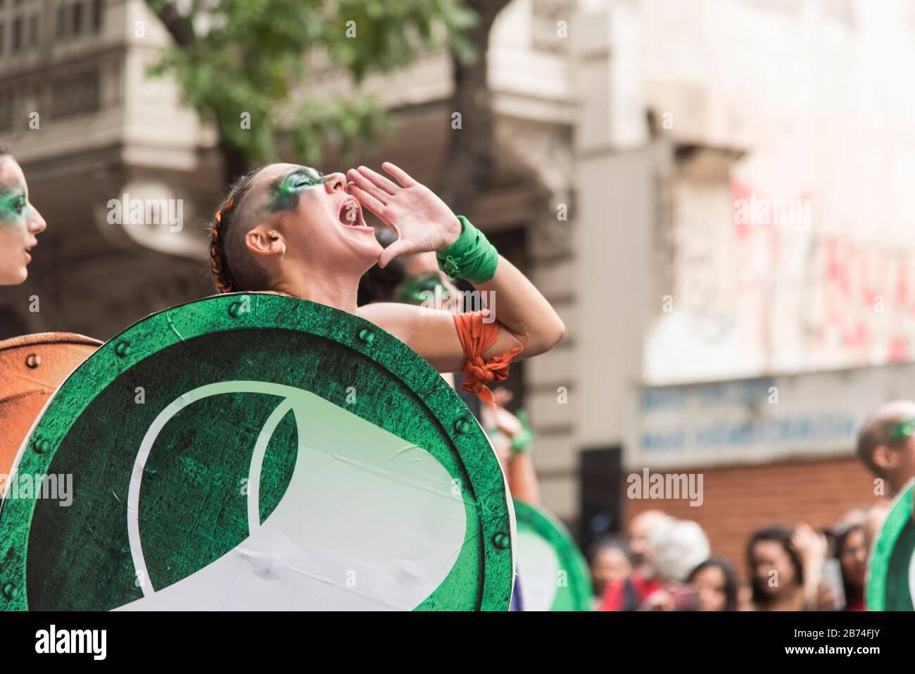 CABA, Buenos Aires / Argentina; 9 de marzo de 2020: Día internacional de la Mujer. Huelga feminista. Mujer joven que defiende la ley de la interrupción legal, segura y libre Foto de stock