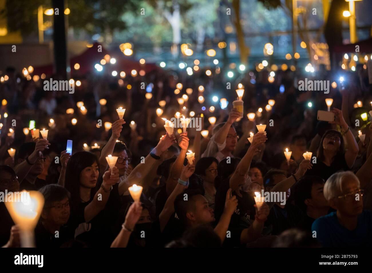 Los participantes asisten a la vigilia anual a la luz de las velas que conmemora el 30º aniversario de la masacre de la Plaza Tiananmen de Beijing en 1989 en el Parque Victoria En Hong Kong, China, el 4 de junio de 2019. Foto de stock