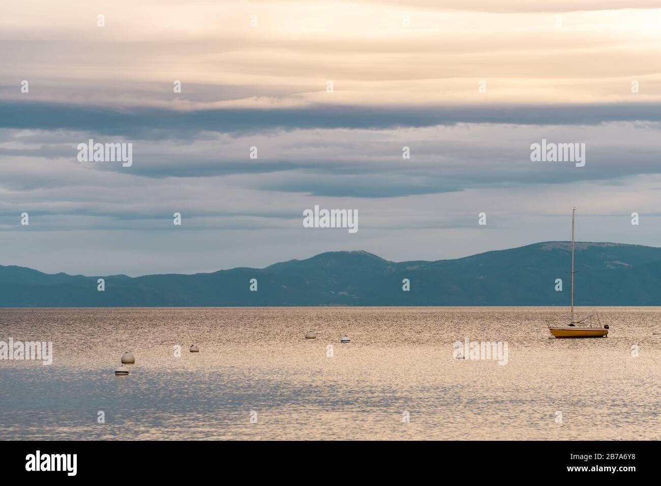 Vista al atardecer de un velero y las montañas en Lake Tahoe, Homewood Foto de stock
