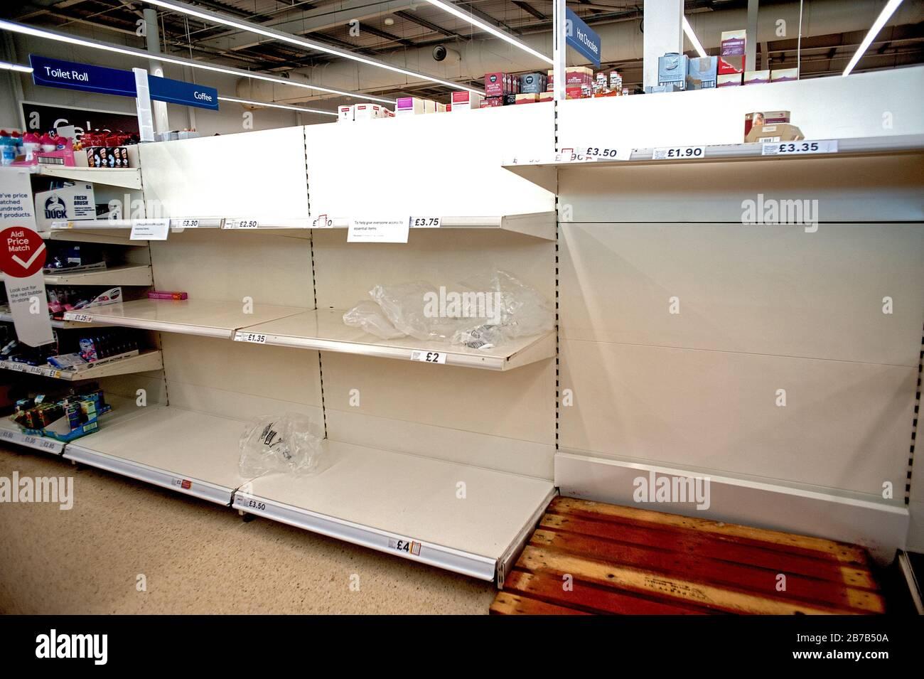 Supermercado Tesco, Hove, Reino Unido, 2020. La compra de pánico debido a los temores de coronavirus ha vaciado estantes de artículos como rollos de tocador y desinfectantes para manos. Foto de stock