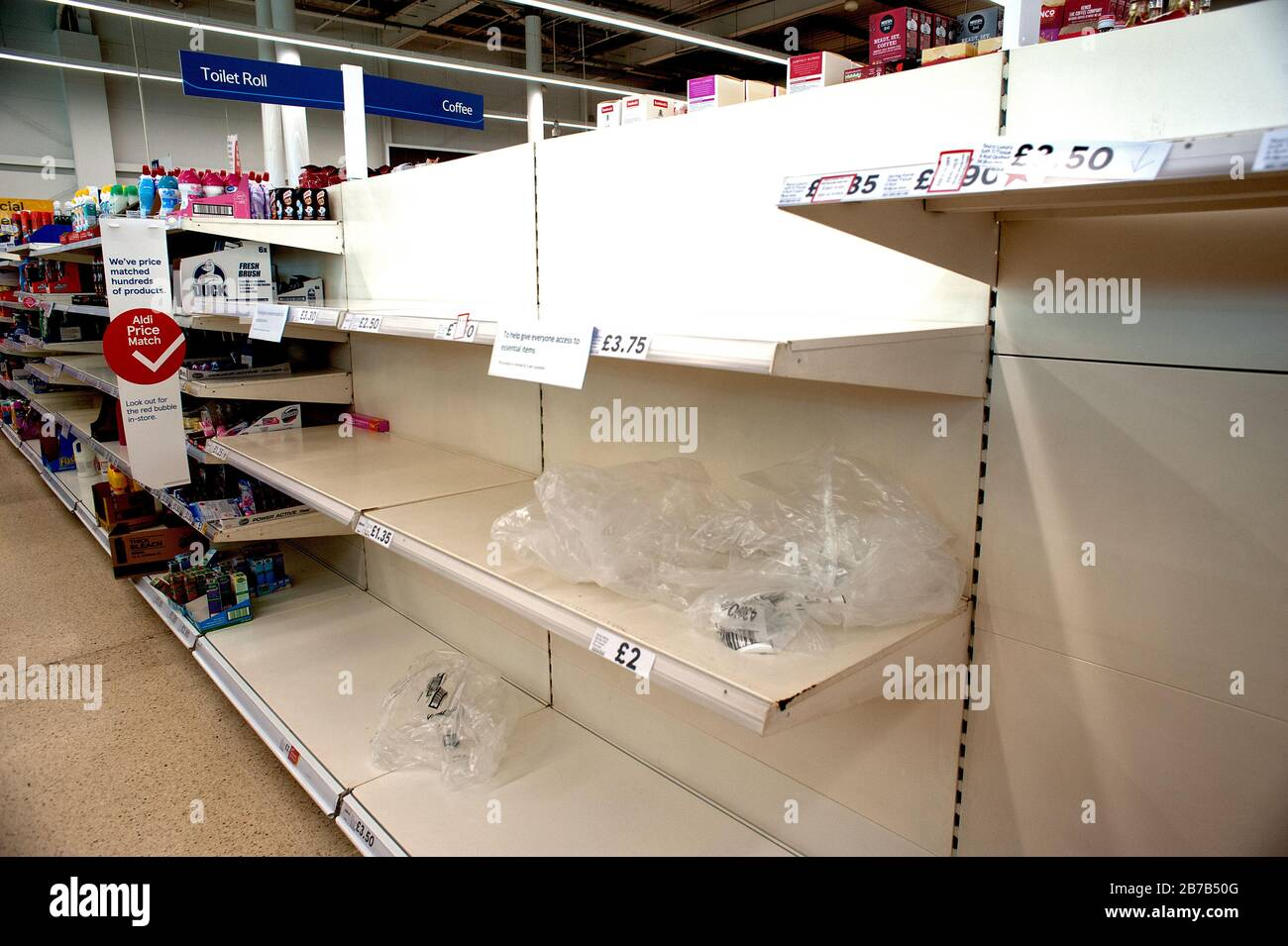 Supermercado Tesco, Hove, Reino Unido, 2020. La compra de pánico debido a los temores de coronavirus ha vaciado estantes de artículos básicos y esenciales como rollos de tocador. Foto de stock