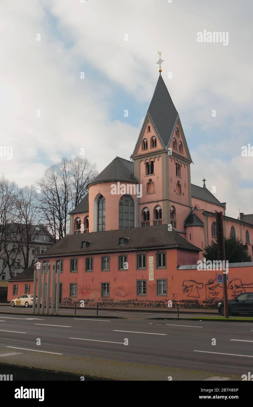 Colonia, Alemania - 07 de enero de 2020: Iglesia Católica y camino Foto de stock
