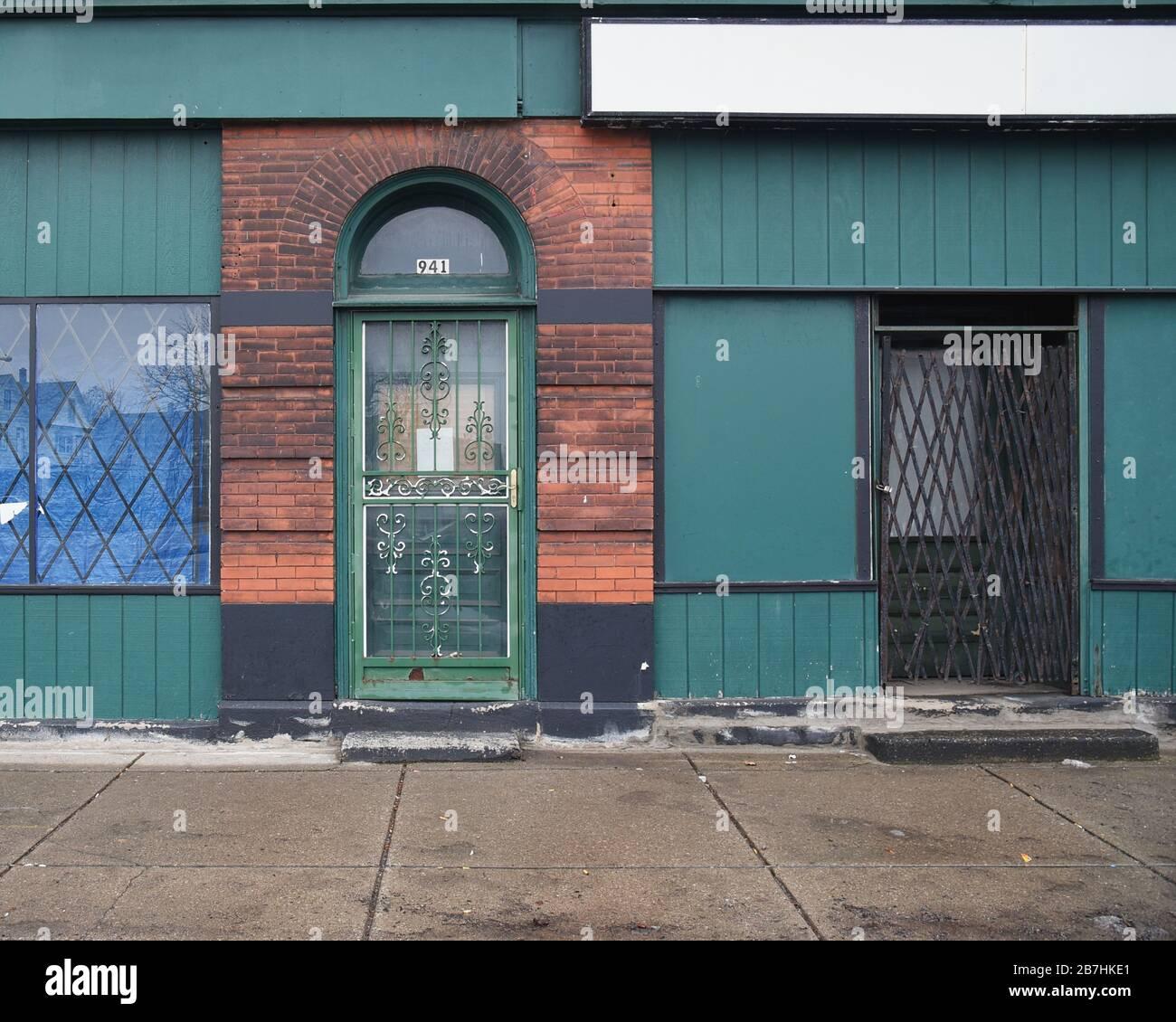 Una puerta vieja y ventanas vacías frente a la tienda en el centro de Buffalo, NY para un concepto de desarrollo económico de negocios Foto de stock