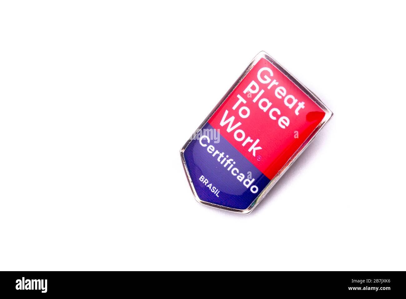 """Botón de cierre con el texto Gran lugar para trabajar sobre una superficie reflectante roja y azul sobre un fondo blanco. TRADUCCIÓN: """"CERTIFICADO. BRASIL Foto de stock"""