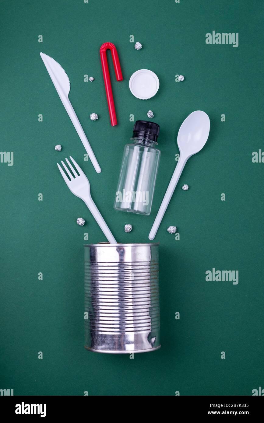 Reutilización reduzca el reciclado del concepto de capa plana con residuos de plástico, papel y polietileno. Fondo ecológico con espacio de copia. Foto de stock