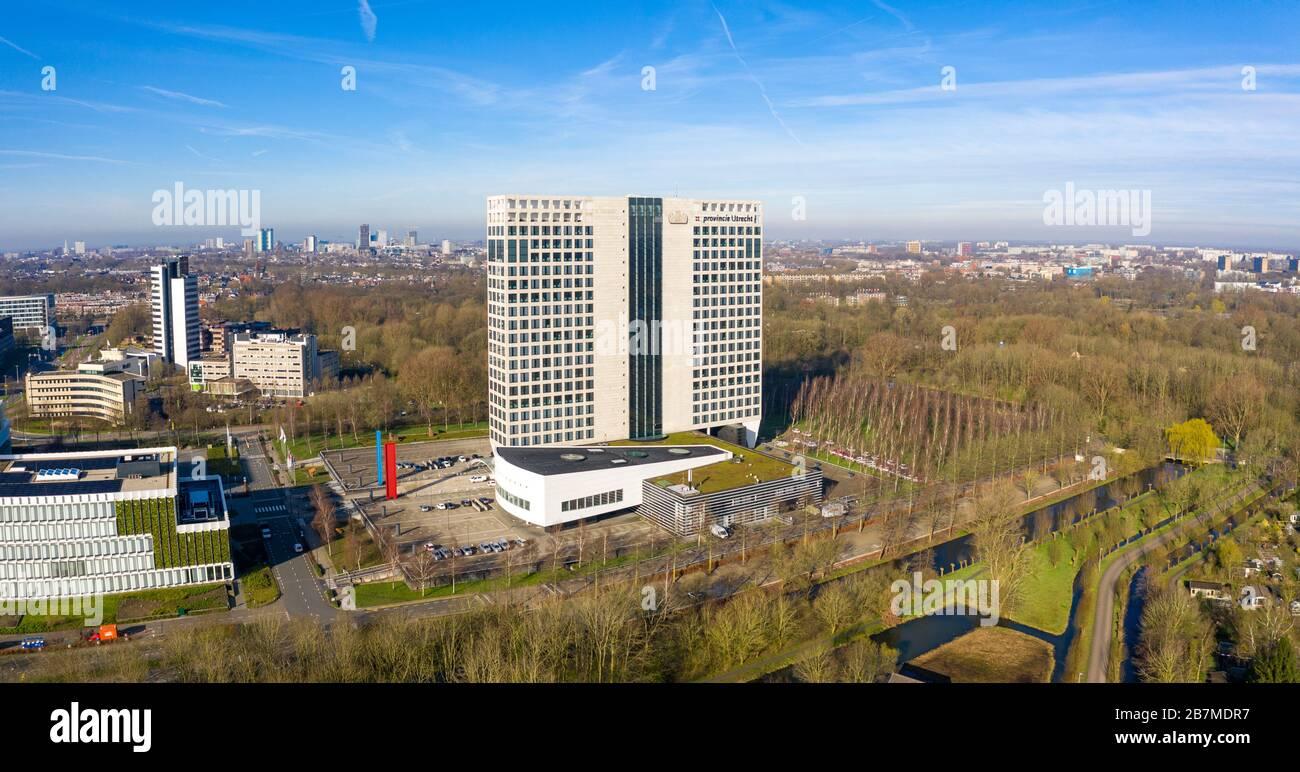 El edificio provincial (Provinciehuis) de Utrecht, países Bajos, desde el aire con la ciudad de Utrecht en el fondo Foto de stock