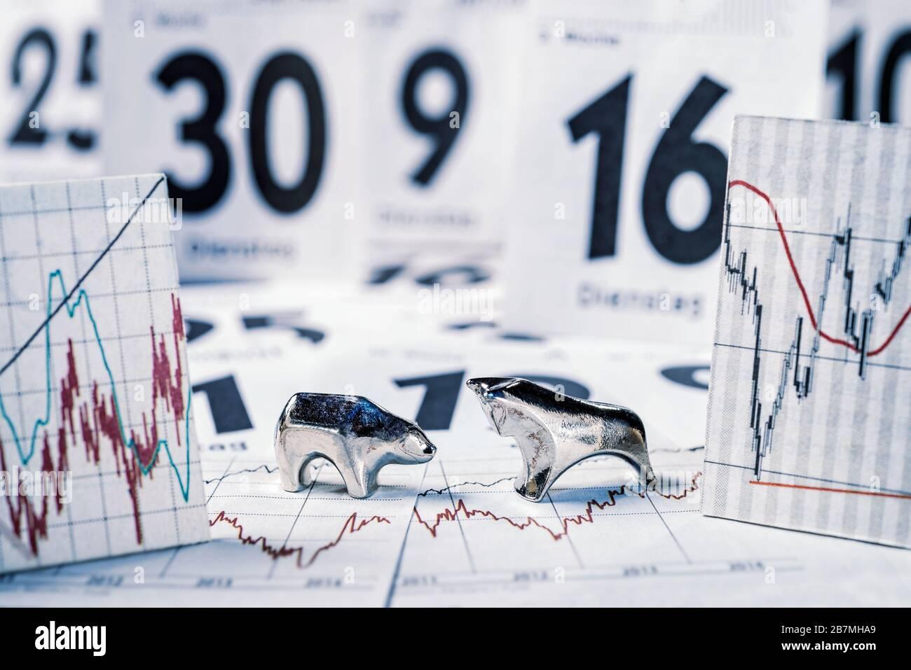Toro y oso, cartas con precios de acciones y hojas de calendario Foto de stock