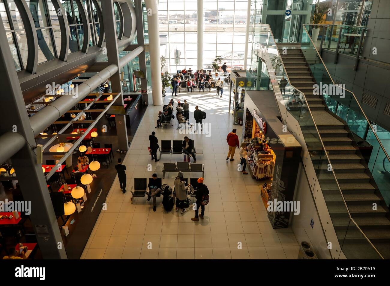 Otopeni, Rumania - 25 de febrero de 2020: Pasajeros dentro del Aeropuerto Internacional Henri Coanda, cerca de Bucarest, Rumania. Foto de stock