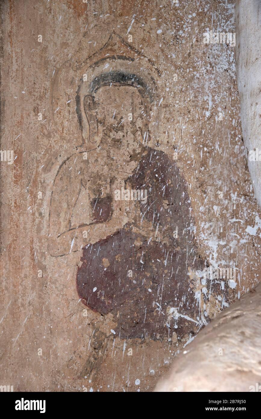 Myanmar: Bagan-Salay. Buda pintado en la pared izquierda del santuario en uno de los tres templos de Paya Thon Zu. Foto de stock