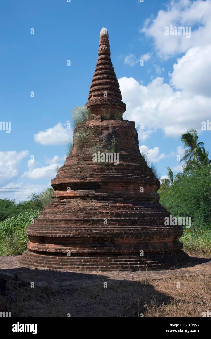 Myanmar: Bagan- UN monumento conmemorativo Brick Stupa en el camino a la Puerta de Tharaba. Foto de stock