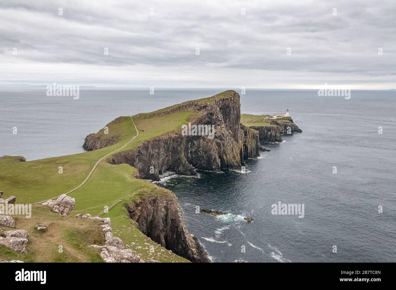 Hermoso panorama del faro de Neist Point desde el punto de vista de Neist Cliff Foto de stock