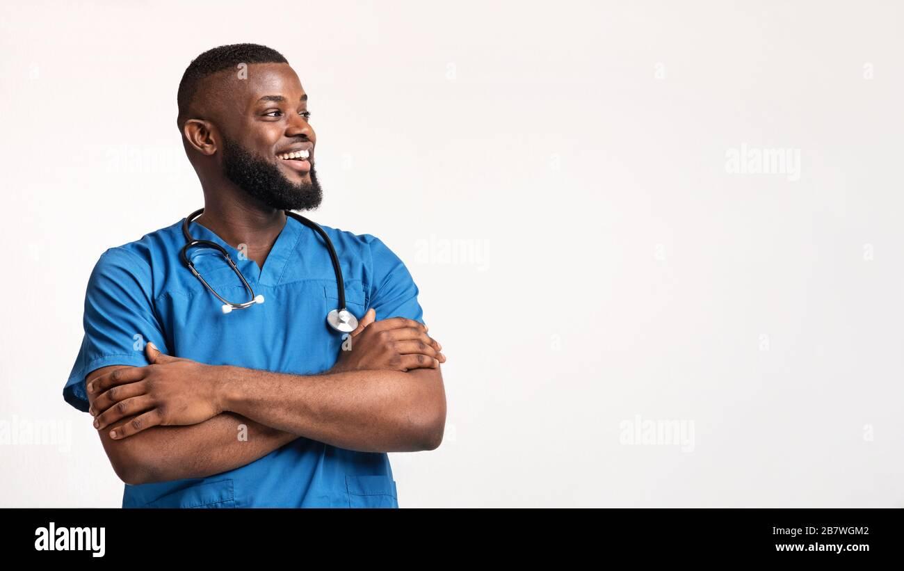 Excitado negro joven doc mirando el espacio vacío Foto de stock