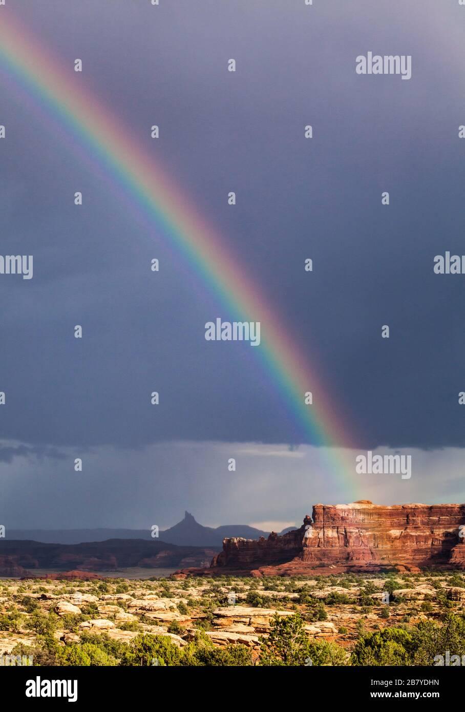 Un arco iris sobre el pico de seis disparos del sur en el sudeste de Utah visto desde el Parque Nacional Canyonlands después de una tormenta de lluvia, EE.UU. Foto de stock