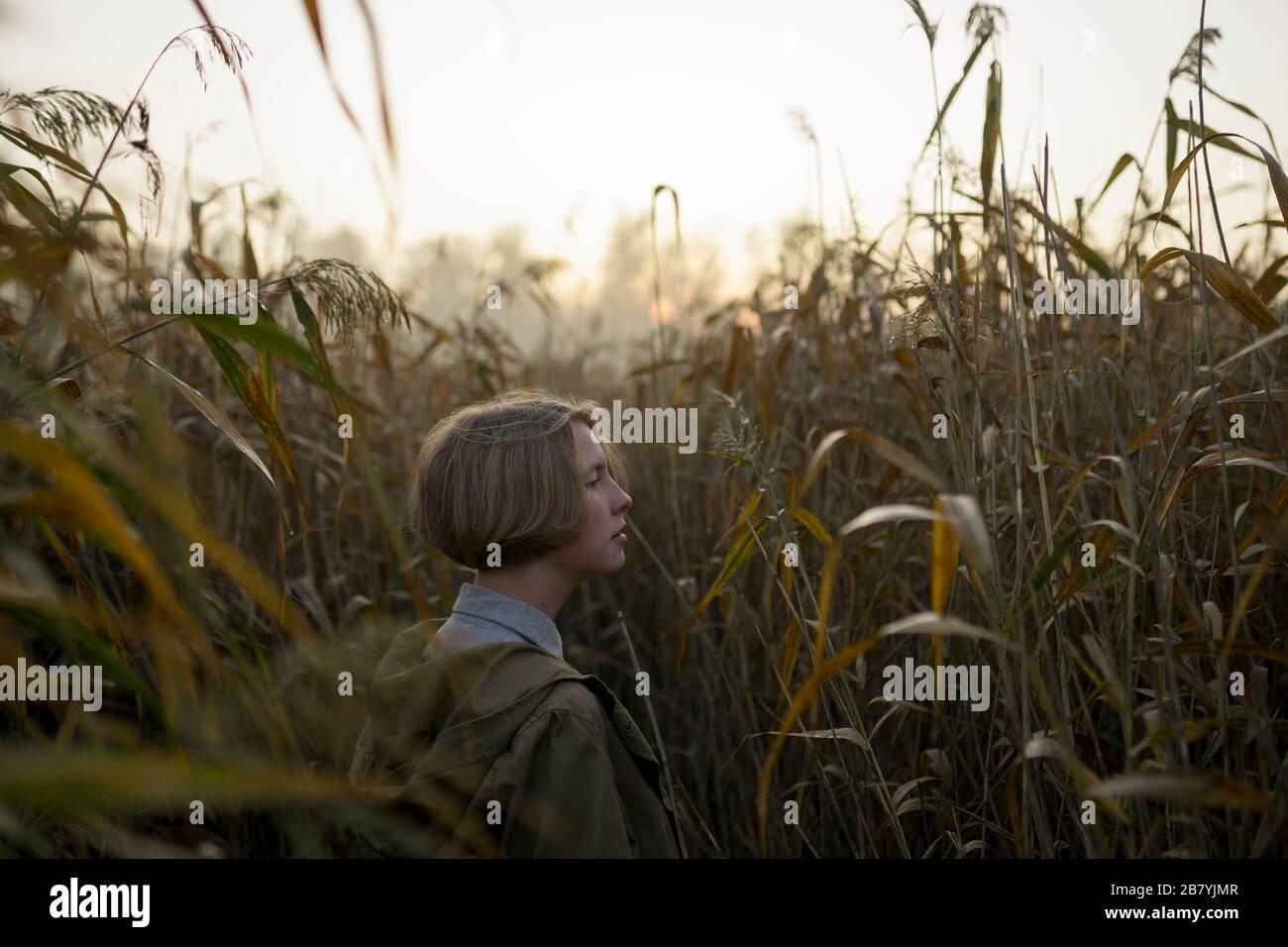 Mujer joven en campo de hierba larga Foto de stock