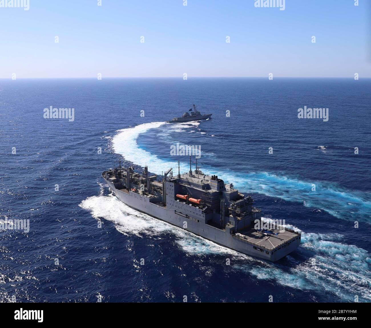 200312-N-WI365-2002 MAR 12, 2020) – el destructor de misiles guiados de la clase Arleigh Burke USS McCampbell (DDG 85) simula una ruptura de emergencia después de un reabastecimiento en el mar (RAS) con el buque de carga seca de la clase Lewis y Clark USNS Carl Brashear (T-AKE 7). McCampbell está llevando a cabo operaciones en la región del Indo-Pacífico, mientras que está asignado al Escuadrón Destroyer (DESRON) 15, el mayor DESRON desplegado hacia adelante de la Marina y la principal fuerza de superficie de la 7a flota de Estados Unidos. (EE.UU Foto de Marina por Naval Air Crewman 2 ª clase Jack Ryan) Foto de stock