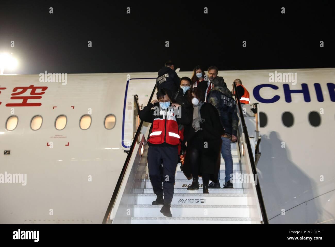 Wuhan, marzo de 12. 19 de marzo de 2020. Los miembros de un equipo de ayuda chino llegan al aeropuerto de Fiumicino en Roma, Italia, el 12 de marzo de 2020. PARA IR CON LOS TITULARES DE XINHUA DEL 19 DE MARZO DE 2020. Crédito: Cheng Tingting/Xinhua/Alamy Live News Foto de stock