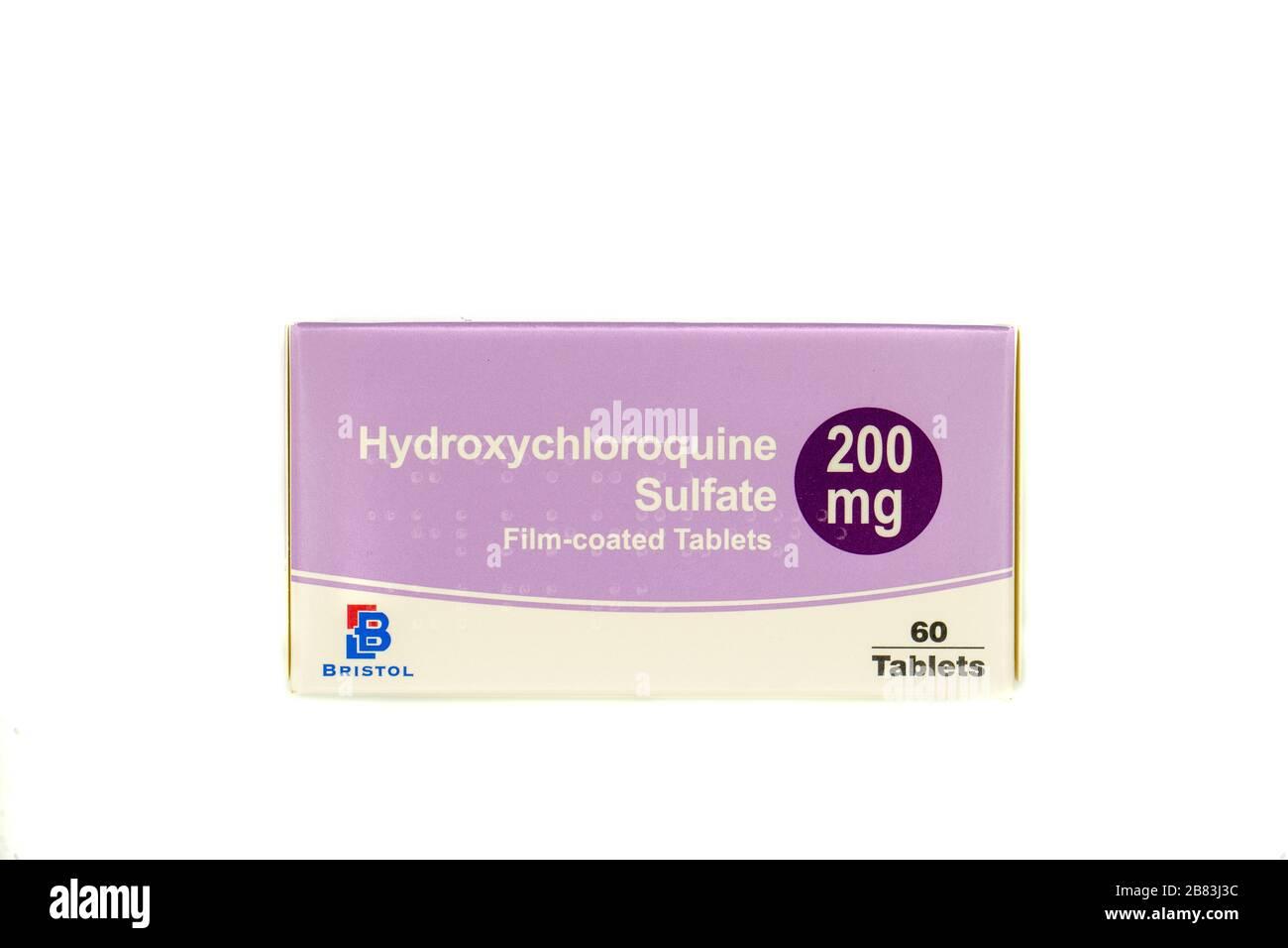 Una caja de tabletas de hidroxicloroquina también conocida como plaquenil aisladas sobre fondo blanco Foto de stock