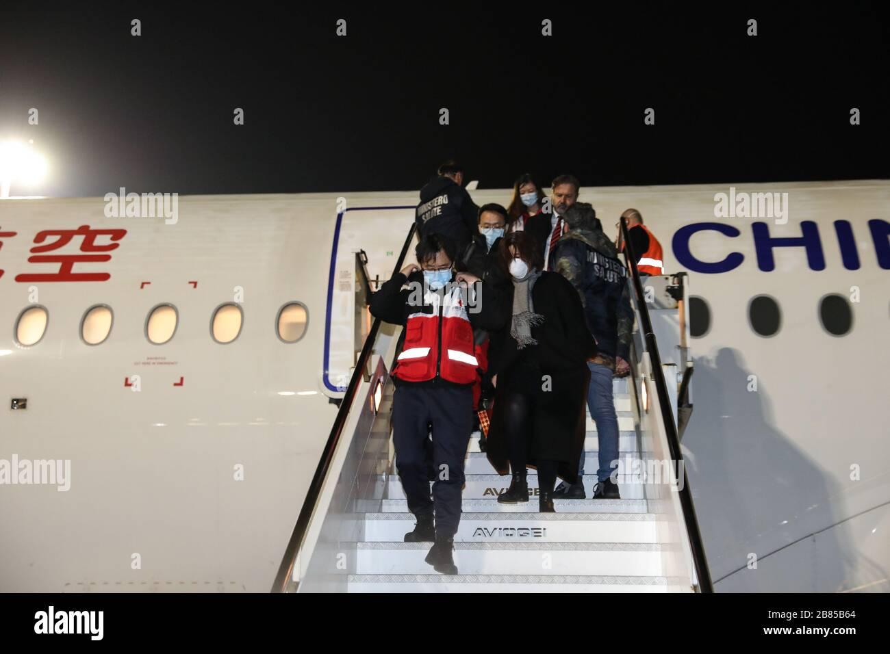 Pekín, Italia. 12 de marzo de 2020. Los miembros de un equipo de ayuda chino llegan al aeropuerto de Fiumicino en Roma, Italia, el 12 de marzo de 2020. Crédito: Cheng Tingting/Xinhua/Alamy Live News Foto de stock