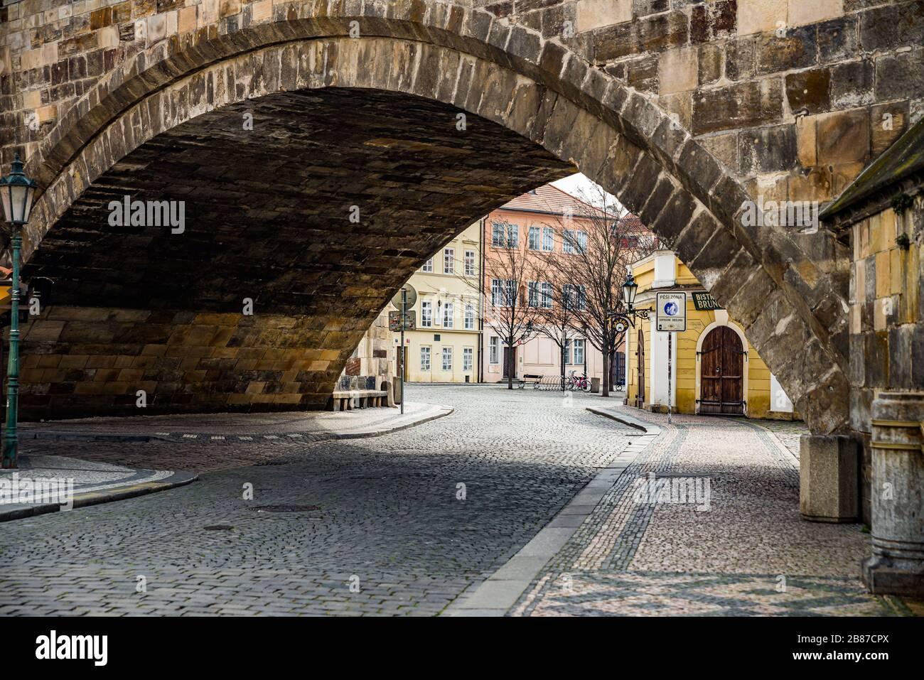 Praga, república Checa - 19 de marzo de 2020. Calle Na Kampe por Charles Bridge sin turistas durante la prohibición de viajes coronavirus Foto de stock