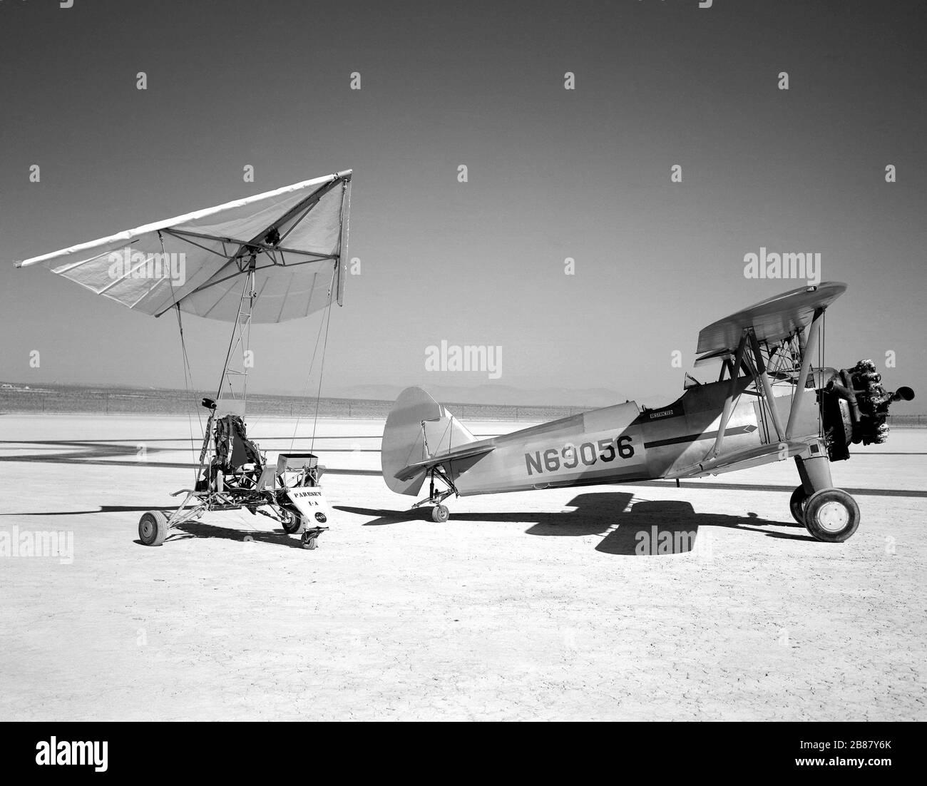 Paresev 1-A en Lakebed con Tow Plane Foto de stock