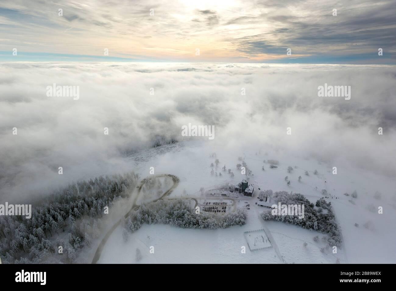 , hotel-restaurante de invierno y Asten Tower en la montaña cubierta de nieve Kahler Asten en Winterberg, 26.01.2013, vista aérea, Alemania, Renania del Norte-Westfalia, Winterberg Foto de stock