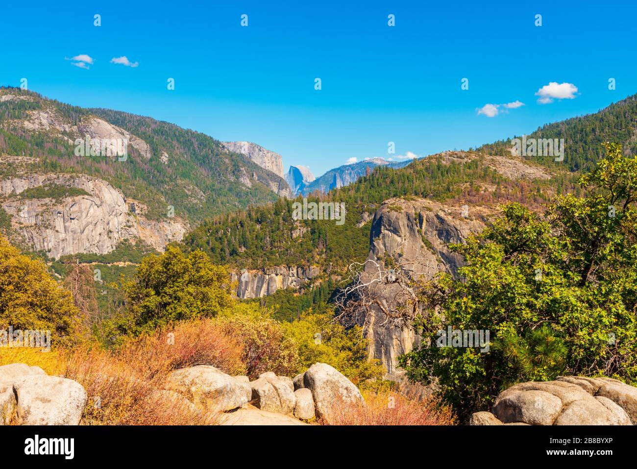 El Capitan y Half Dome en el Parque Nacional Yosemite, California, Estados Unidos, visto desde una distancia Foto de stock